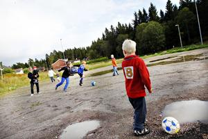 Charlie Malmström är ett av många barn som bor intill den tilltänkta parkeringsplatsen. Grannarna vill hellre att fotbollsplanen återskapas.