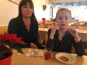 Caroline Pettersson tog en fika ihop med åttaåriga dottern Edith som har svårdiagnostiserad epilepsi. Bullar är Ediths stora favorit.