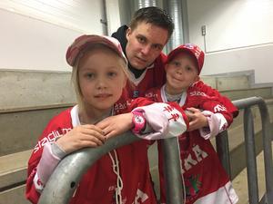 Nova, 6, och Loke, 5, var på plats i Be-Ge Hockey Center med pappa Robert Schröder. Trion hade åkt från Mönsterås, fyra mil från Oskarshamn, för att se Timrå IK spela och Robert kommer från Timrå.