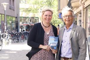 Kristdemokraterna Marlene Jörhag och Lennart Bondeson med partiets lokala valprogram