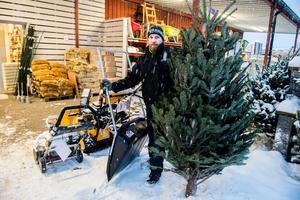 Hos Granngården i Örnsköldsvik har det varit högtryck på allt från broddar och fågelmatare till granar och snöslungor sedan snön kom berättar butikschefen Rickard Byström.