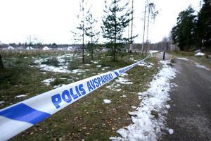 På bilden syns polisens avspärrningar, mellan Kvarnmyraskolan i Söderhamn och dåvarande Konsumbutiken, dagen efter överfallet i november 2006.