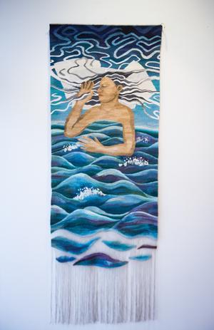 Den drömmande kvinnan som sover i havet – en väv som kan tolkas på många sätt.