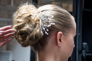 Nu är uppsättningen klar. – Jag har aldrig känt mig så fancy, säger hårmodellen Emelie Lundberg