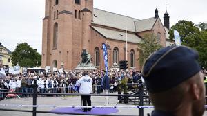 Många hundra sympatisörer hade kommit för att lyssna på Jimmie Åkesson vid Stora Torget i Falun.