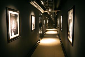 Filmstjärnor och artister pryder korridorväggarna.