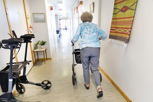 Vi förstår och delar frustrationen över att äldreomsorgen inte har lika höga bemanningstal nu som för några decennier sen, skriver debattförfattarna.