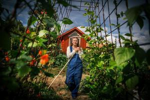 Sara May Kahl på den cirka 500 kvadratmeter stora odlingen i Glamsarvet.