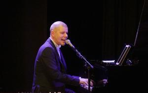 Jesper Hugosson vid pianot.