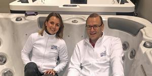 Bland utställarna finns Badspecialisten som säljer SPA-bad. Sandra Granath och Sven-Erik Jungander testar komforten.