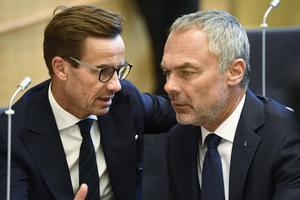 Att vara liberal är att vara kluven, eller att stå utanför? Ulf Kristersson (M) och Jan Björklund (L). Foto: Henrik Montgomery / TT