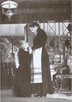 Doris Svedlund som Eleonora och Dora Söderberg som Modern i en uppsättning av August Strindbergs