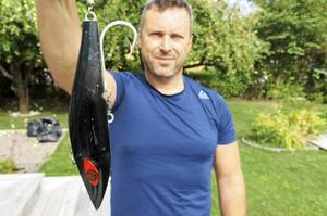 Georgios Toris med sitt 26 centimeter långa och nära halvt kilo tunga drag som kan landa saltvattenfiskar på flera hundra kilo.