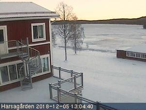 En webbkamera på Harsagårdens hemsida visar att det nu är vitt på backen i Harsa.