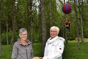 Gun-Britt Fors och Liz Åkerström har bidragit till lufttemat med sina luftballonger.