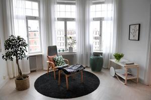 I vardagsrummet möblerades det fina men lite svårmöblerade utrymmet vid fönstret med en fåtölj som redan fanns i bostaden. En ny soffa och en måttbeställd, stor matta tillkom.Foto: Janerik Henriksson / TT