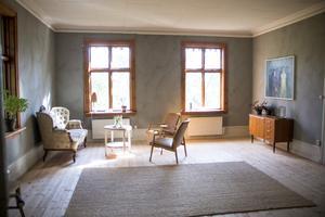 I den stora salen har de målat väggarna gråa och slipat trägolvet som gömde sig under plastmattorna.
