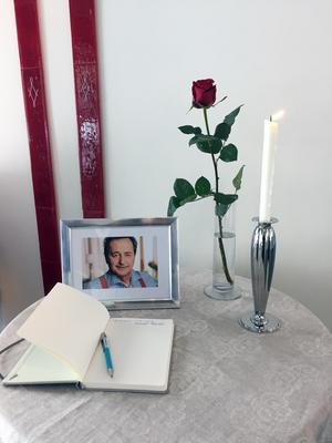 En kondoleansbok finns utplacerad vid ett minnesbord i Rådhuset i Östersund.Kommunstyrelsen höll också en tyst minut för det tidigare kommunalrådet i samband med tisdagens politikersammanträde.