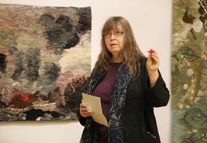 Anntott Parholt förklarar vad hennes konst handlar om i välkomsttalet. –Jag hämtar inspiration från mina gamla saker för de drar igång mina tankar.