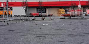 Så här kan det se ut efter en helgnatt på en parkering i Birsta. Ibland ser det ännu värre ut, skriver signaturen