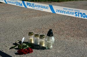 Flera personer lämnade under måndagen tända gravljus och blommor vid platsen.
