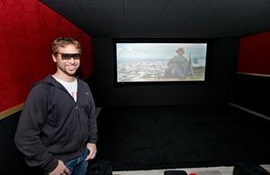"""Västeråsaren Niclas Lindström har alltid varit intresserad av ljudteknik och drömde om en hemmabio där han kunde få ut den maximala ljudupplevelsen när han tittade på film. Efter mycket slit har han nu byggt sig en egen 3D-biograf på tomten.  """"Jag är rätt nöjd"""", ler Niclas när han visar sitt stora projekt."""