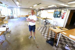 Slöjdläraren Tom Fröjd har packat ihop i sin träslöjdssal i bottenvåningen. - Det känns lite vemodigt. Jag har själv gått här mellan 1984-1989.