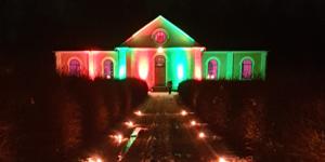 Kyrkan i Sätra Brunn var upplyst i Musikhjälpens färger. Foto: Läsarbild