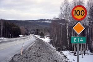 Frågan om en hastighetssänkning på E14 ska avgöras nästa år och vid klartecken väntas omskyltningen påbörjas samma år. Trafikverkets Anne-Karin Grönvold framhåller att myndigheten inte bara ser över hastigheten.