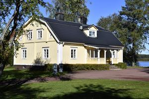 Särna Prästgård nio rum och på gården ett annex med pastorsexpedition, i sensommarfärger.