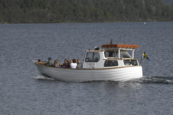 Sylöra har lämnat Grövelsjön, destination Sylen i Norge. Hade båten haft en signalmast skulle den norska flaggan suttit i den.