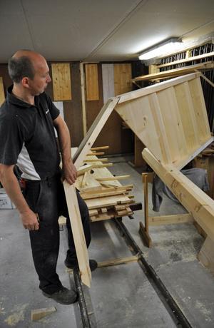 Robert Hag konstaterar att han aldrig har gjort något liknande snickeriarbete som trappan han just nu jobbar med.