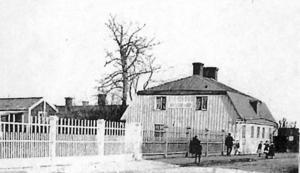 Fruntimmersföreningens fastighet på Södra Kungsgatan 31 med några gårdshus             i bakgrunden. Efter ett drygt decennium som hushållsskola för tonårsflickor blev huset arbetsstuga för skolgossar.