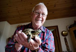 Hans Nordin och hans sköldpadda Kalle, har varit oskiljaktiga, sedan han för 73 år sedan, då sju år, hittade honom hemma på tomten i Härnösand.