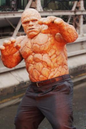 Ben Grimm (Michael Chiklis) förvandlas till The Thing - urstark men med ett svårsmält utseende.