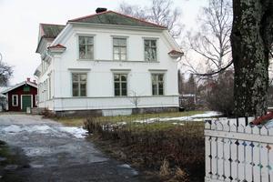 Ombyggnaden av den äldre fastigheten, där det blir fyra lägenheter, kommer i gång senare och ingår inte i det aktuella uppdraget