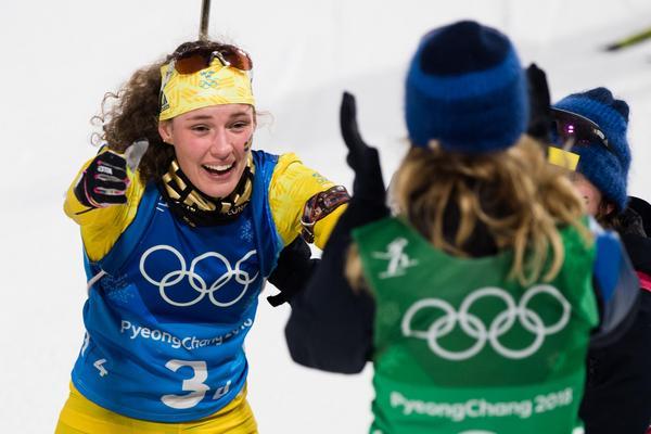 Hanna Öberg jublar efter den svenska silvermedaljen i stafetten. Bild: Jon Olav Nesvold/Bildbyrån.