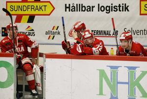 Rickard Palmberg, Anton Wedin, Sebastian Ohlsson och Filip Hållander deppar på bänken.