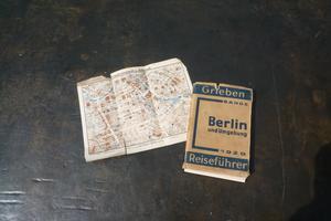 Hur hittar man i Hjalmar Bergmans Berlin från 1929? Grieben-guiden med praktiska upplysningar, adressregister och kartor är en bra hjälp. Foto: Astrid Lindén och Clas Thor.