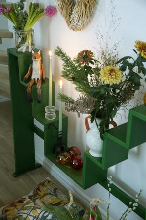 En julräv är inga konstigheter tycker Vicki Pettersson. Många ljuslyktor och blomarrangemang - kreativt skapade med diverse material från naturen - får plats i Karin Larssons klassiska blomstertrappa.