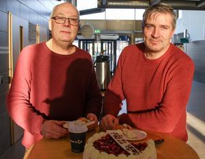 Bildningsstyrelsens ordförande Mikael Westberg (S) och kommunalråd Lars Isacsson (S) kom förbi med tårta till personalen.