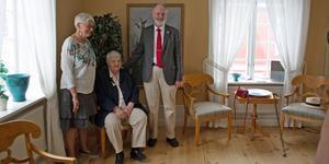 Pristagaren Inga Gustafsson i mitten tillsammans med Lenneke Sundblom, kommunfullmäktiges vice ordförande och Nils Matsson, kommunfullmäktiges ordförande.