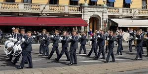Västmanlands hemvärnsmusikkår på marsch längs Strandvägen i Stockholm. (Foto: Daniel Larsson)
