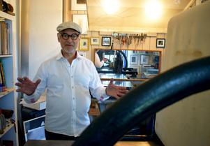 I ateljén finns grafiska tryckpressar, material – och en massa konst.