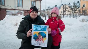 Jonas och Myrra Nordin tog bilen från Fagersta för att vara med på torget och fira.