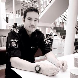 Polisinspektör Mikael Gruvelgård berättar att han hittade tre datorer i ett cykelförråd. Datorer som sedan visade sig vara Daniel Kindbergs. Foto: Privat