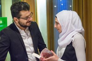 Hela tiden finns nya kärleken Muhammed Husam vid Doaa Al Zamels sida.