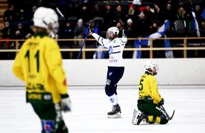 Rasmus Plan jublar efter Rättviks 6–2-mål hemma mot Ljusdal.