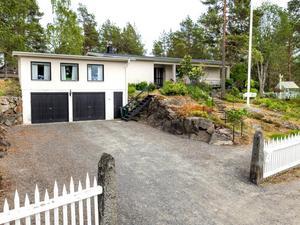 Villan är insprängd i ett berg. Bild: Mäklarhuset Örnsköldsvik