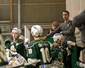 Christer Olsson är både assisterande tränare till Göran Tärnlund i A-laget, och i för eleverna på ishockeygymnasiet. Även Tärnlund är verksam på Malung-Sälens gymnasieskola.